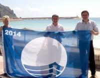 Doris Courcelles, José Chulvi y Antonio Miragall con la bandera azul de la playa de la Grava.