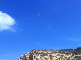 El helicóptero  del Consorcio de Bomberos rastreando la zona de Els Pallers en el Portitxol de Xàbia