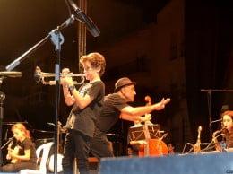 El joven componente de la Sant Andreu Jazz Band realizando un solo improvisado