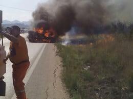 Esta tarde una hormigonera ha comenzado a arder por causas que se desconocen mientras circulaba por la carretera de Gata