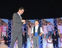 Juanjo García, presidente de la Comissió de Festes, colocaba las insignias a los nuevos miembros de la Comissió