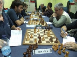 Los jugadores en plena partida de ajedrez