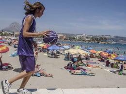 Miriam Monfort botando el balón del Mundobasquet