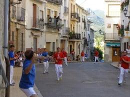Una partida de pilota en una calle de Xàbia