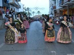 Jóvenes componentes de la Comissió de Festes Mare de Déu de Loreto en la ofrenda