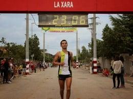 Mohamed Younes cruzando la meta en La Xara