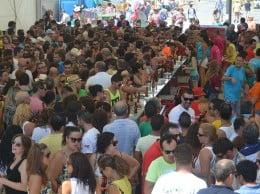 Multitud de gente en el baret dels bous a la mar