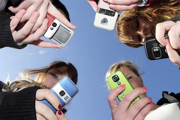 Resultado de imagen de jovenes con moviles