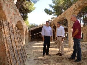 Los concejales de Patrimonio, Obras y el alcalde, supervisan los materiales para la reconstrucción del techado