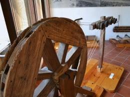 Rueda y cruz para hilar del Museo Soler Blasco