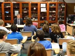 Los alumnos siguieron de cerca las explicaciones del alcalde