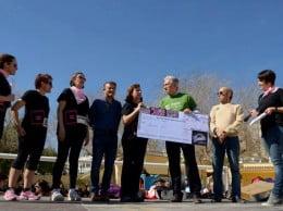 Pepa Guardiola entrega el cheque a Pablo Segarra
