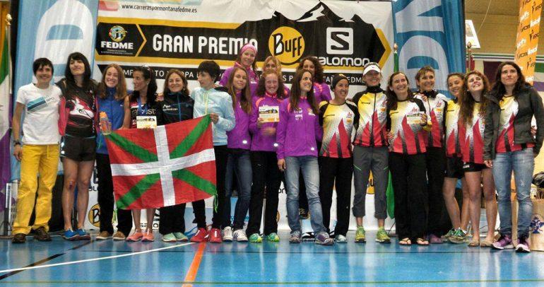 Aine Sentous en el podium con sus compañeras de la Selección Valenciana