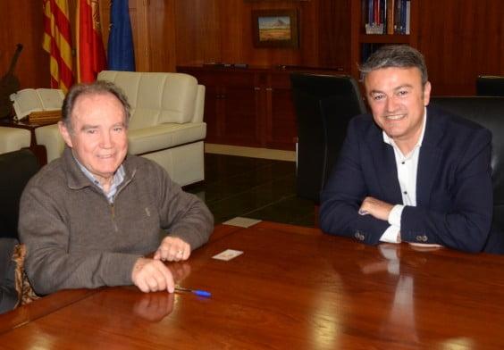 Chulvi firmaando el convenio con la A. Julbilados de Duanes.