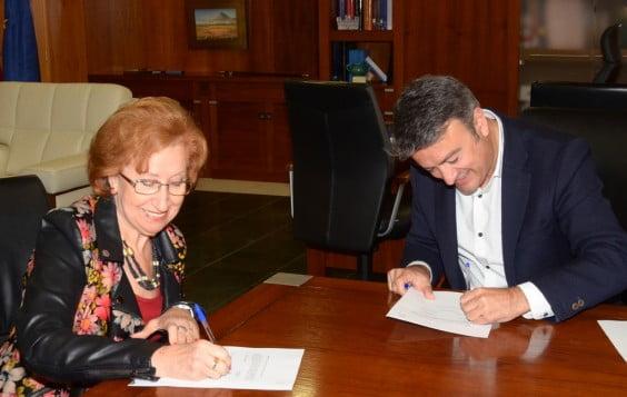 Chulvi firmando convenio con la A. Jubilados Amanecer.