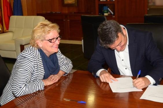 Chulvi firmando el convenio con la Asociación de Amas de Casa
