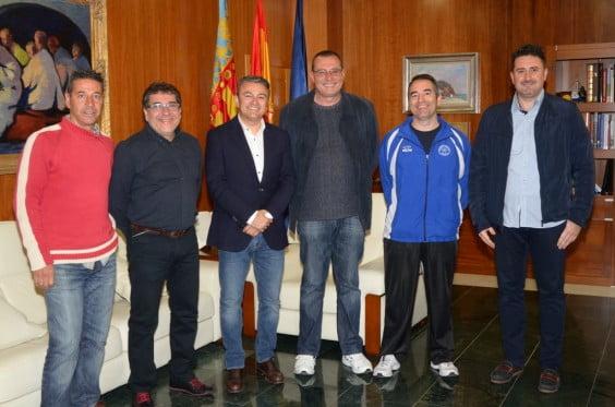 Chulvi y Cardona junto a representenates de clubes deportivos