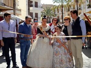 Las reinas de las Fogueres 2014 inaugurando la Fira de Artesanía