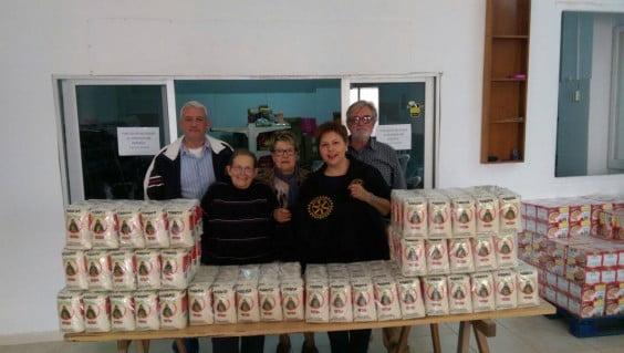 Miembros del Rotary en la donación de arroz