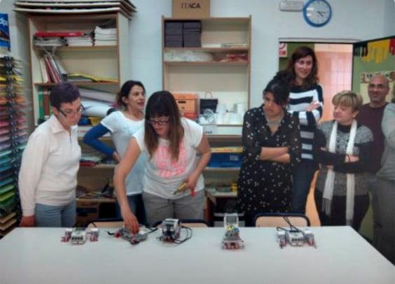 Profesores del Trenc d`Alba con sus creaciones robóticas