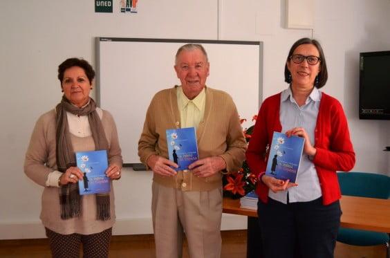 Roberto Vanhollebeke donando los cuentos a la biblioteca Municipal de Jávea