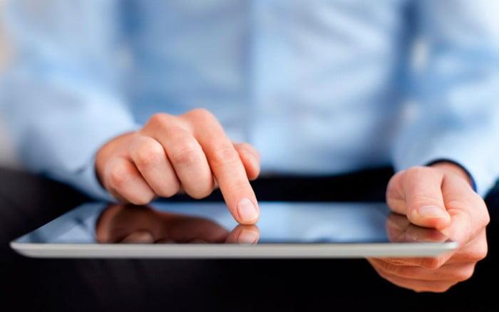 padres con una tablet