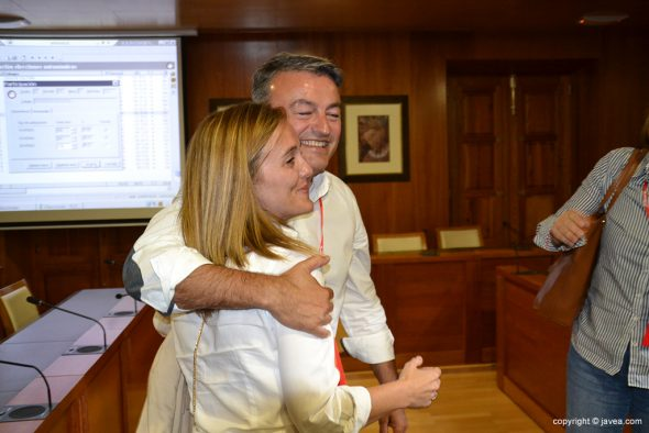 Chulvi abrazando a su mujer