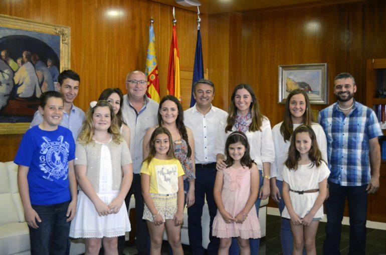 El alcalde con los protagonista de las fiestas de Fogueres 2015