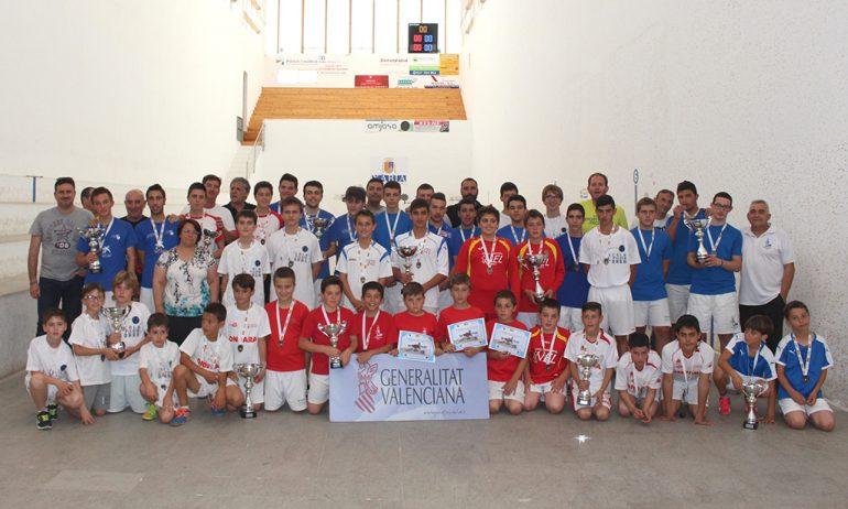 Finalistas con su trofeos