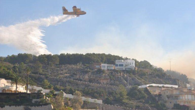 Hidroavión en el incendio del Montgó