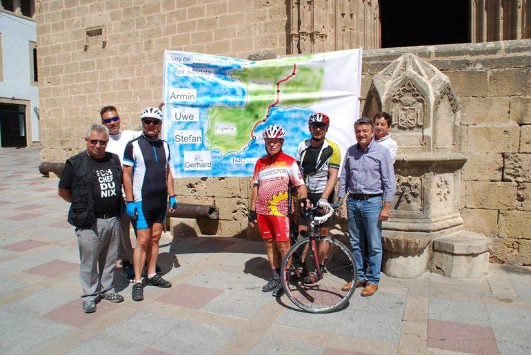 José Chulvi con los tres ciclistas alemanes