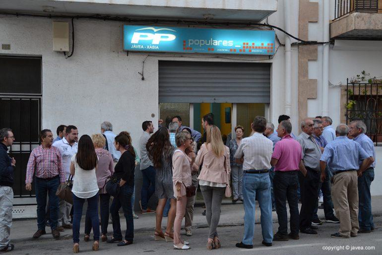 Militantes a las puertas de la sede popular de Jávea