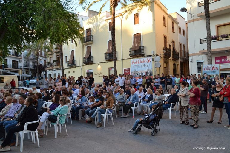 Público en el mitin del XD-CpJ en la placeta del Convent
