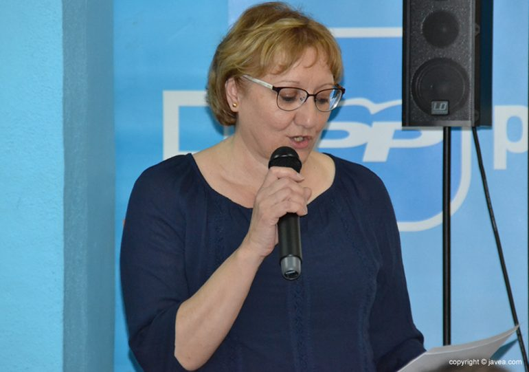 Teresa Ern hablando para sus afiliados y simpatizantes