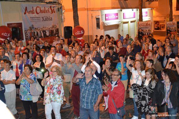 Vecinos aplaudiendo a los nuevos concejales socialistas