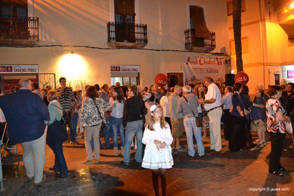vecinos en la puerta de la sede del PSOE Xàbia