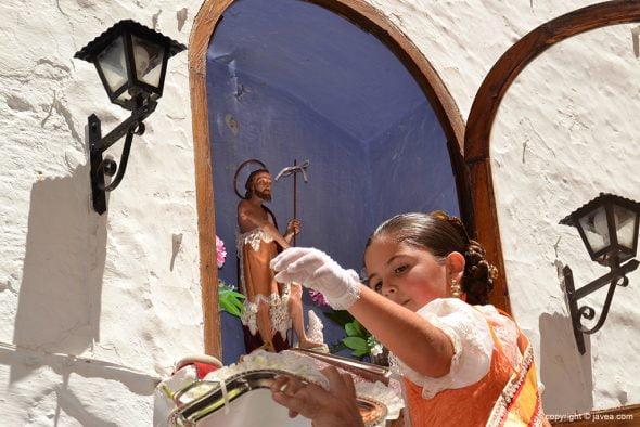 Ainhoa Buigues cogiendo la uva