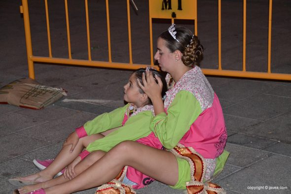 Ainhoa Buigues y Lucía Catalá viendo el castillo