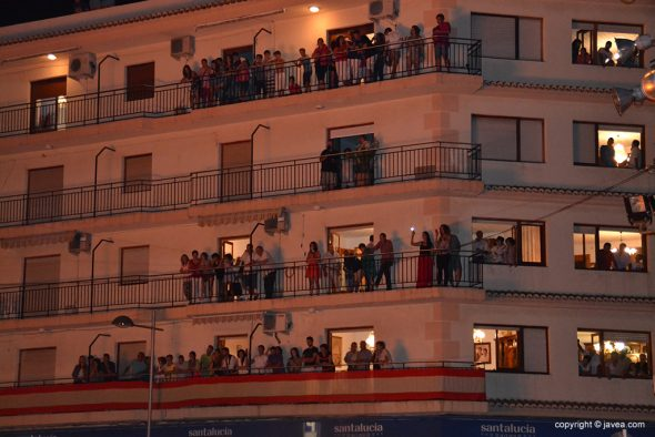 Balcones llenos de gente