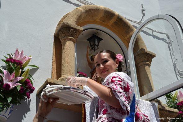 Carmen Catalá muy sonriente cogiendo las bacoras