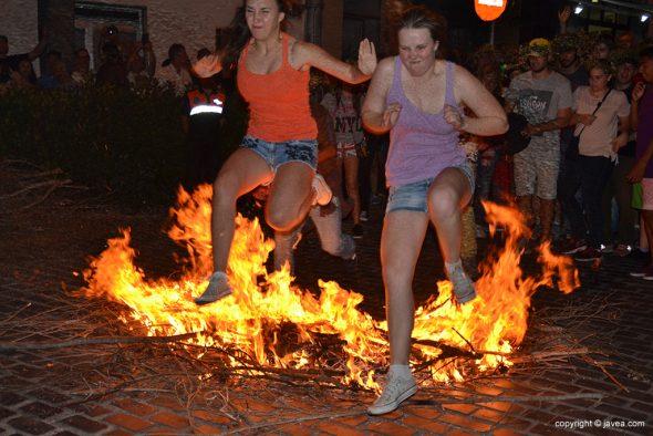 Dos chicas saltando la hoguera