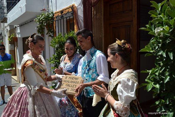 Festeros de la Calle San Cristobal recibiendo el 2º premio