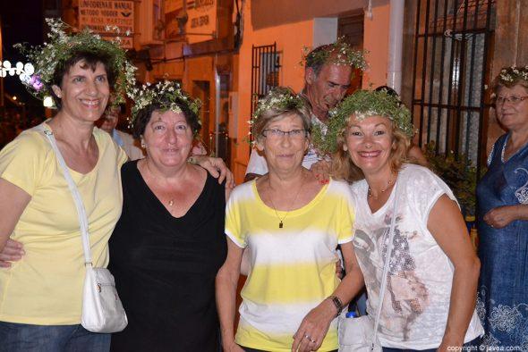 Grupo de vecinas con la corona