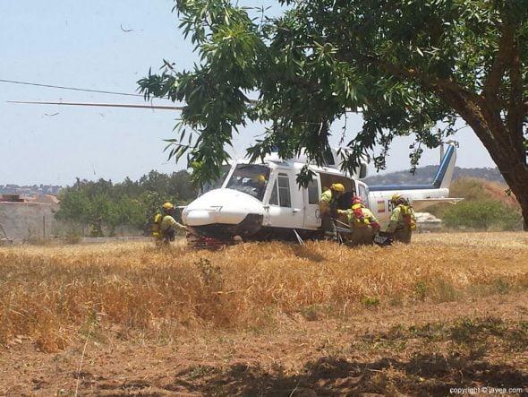 Helicóptero en los trabajos de extinción del fuego en el Plà de Xàbia