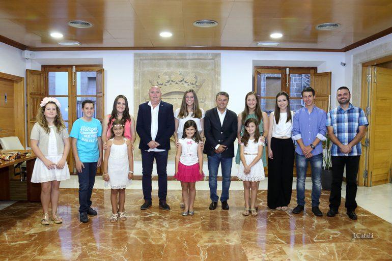 José Chulvi con la reina de les Fogueres y festeros