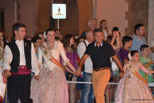 José Chulvi con las reinas rodando la foguera infantil