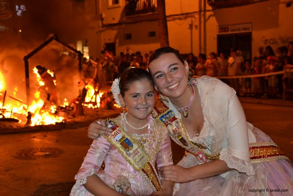 Las dos reinas de Fogueres luciendo sonrisa