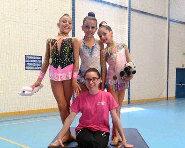 Las gimnastas del CD. Montgó-Xàbia con su entrenadora