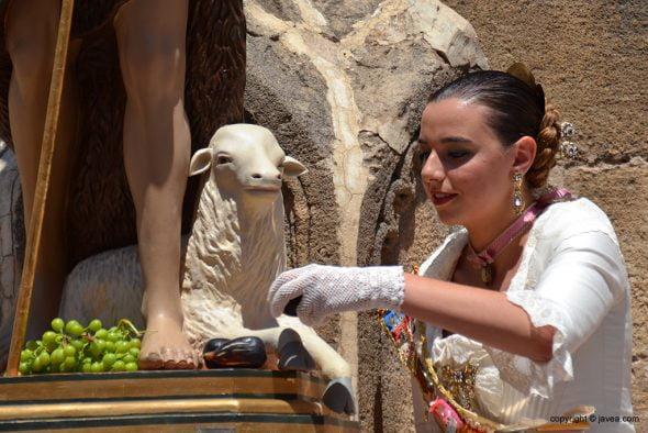 Lucía Catalá ofrenciendo las bacoras