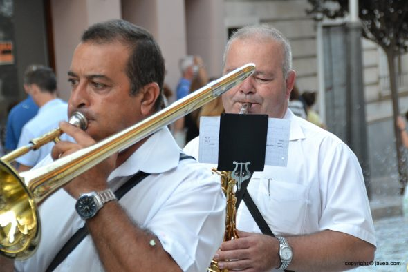Músicos en desfile de carrozas